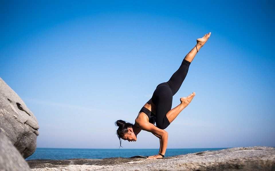 sahilde yoga yapan kadın