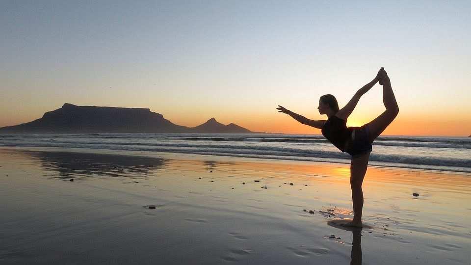 yoga sahil kadın günbatımı