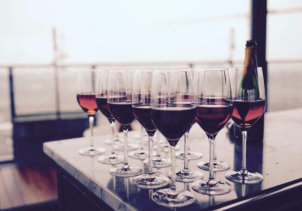 kırmızı şarap kadehleri