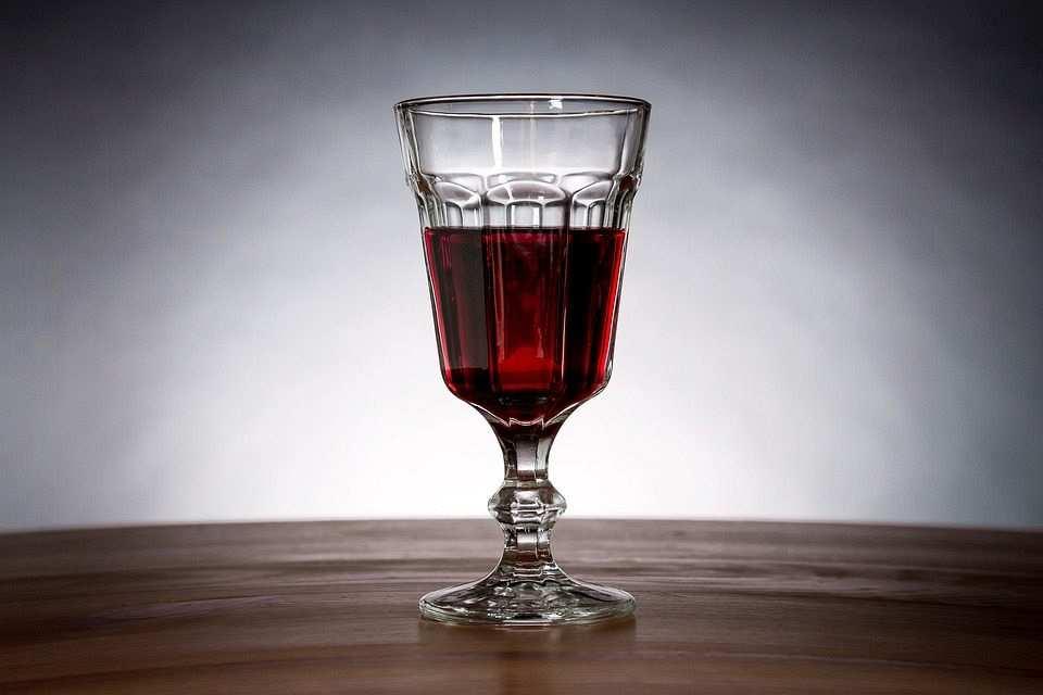 kırmızı şarap kadeh