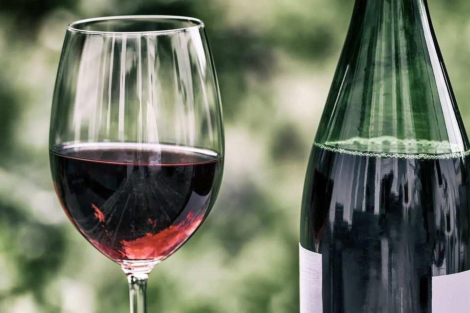 kırmızı şarap kadeh ve şişe