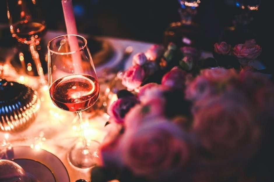 roze şarap mum ışığı