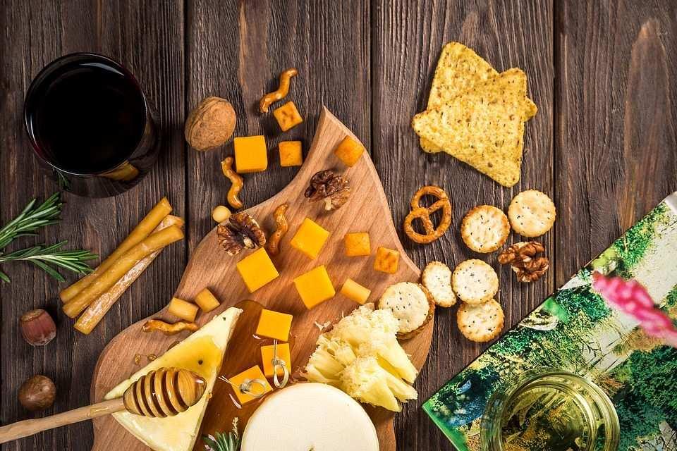 şarap, peynir ve mezeler