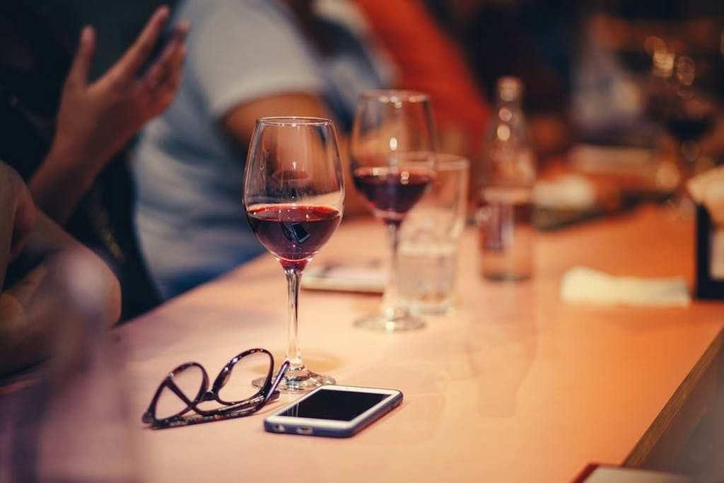 şarap kadehleri bar