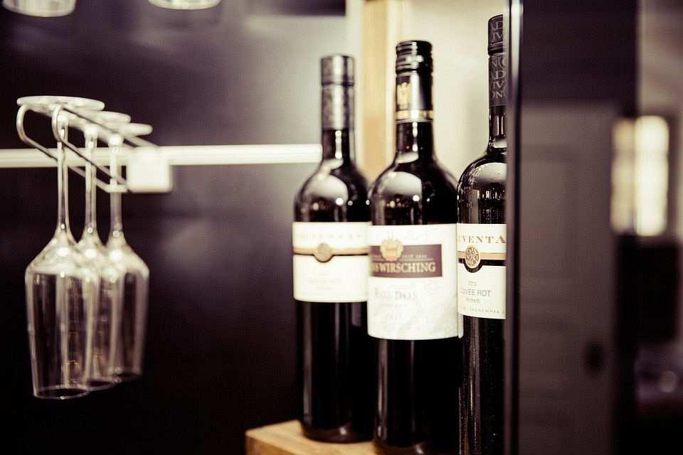 şarap şişesi ve kadehleri