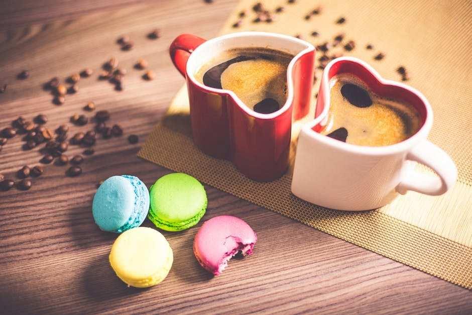 kalp fincan, kahve ve macaron