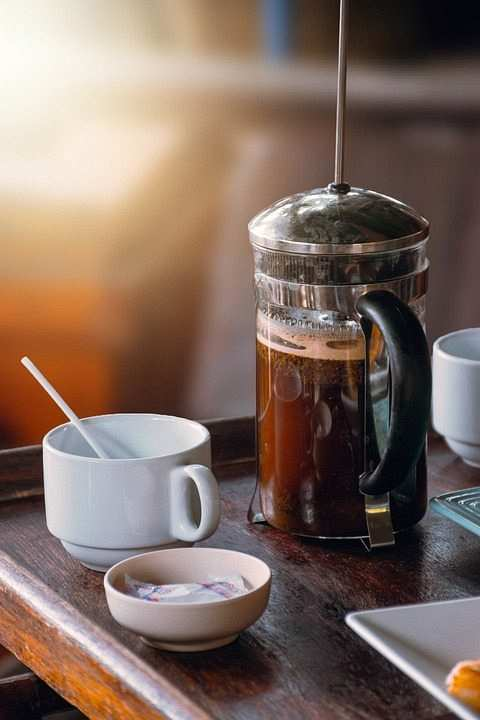 french press ve kahve fincanı