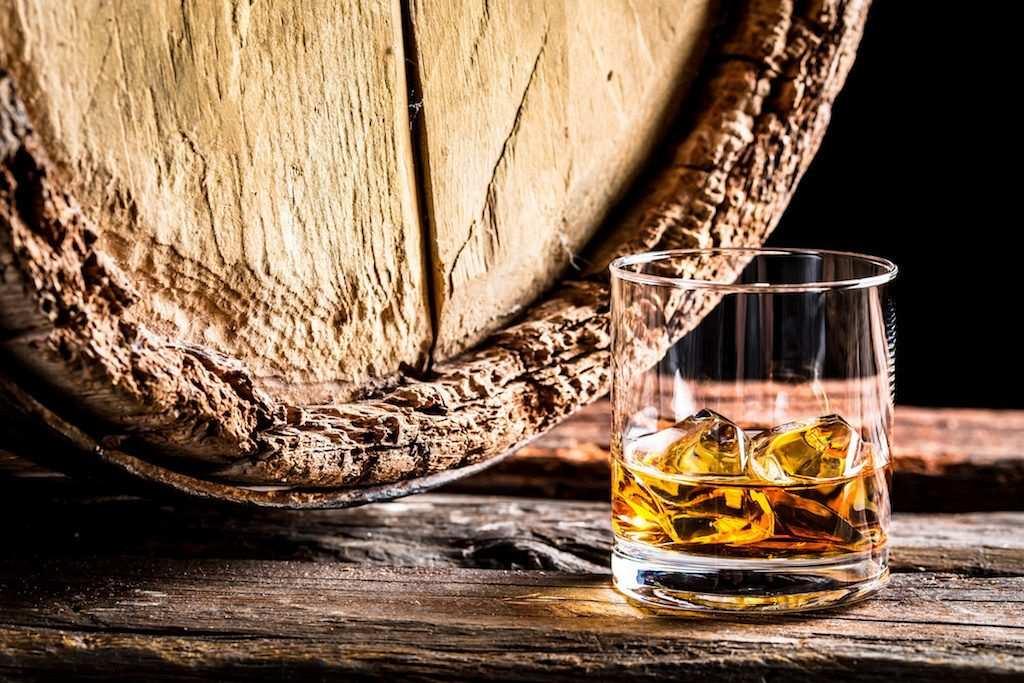 viski bardağı ve meşe fıçı