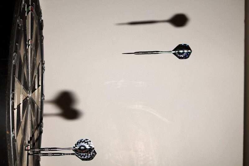siyah beyaz dart ve dart nişan tahtası