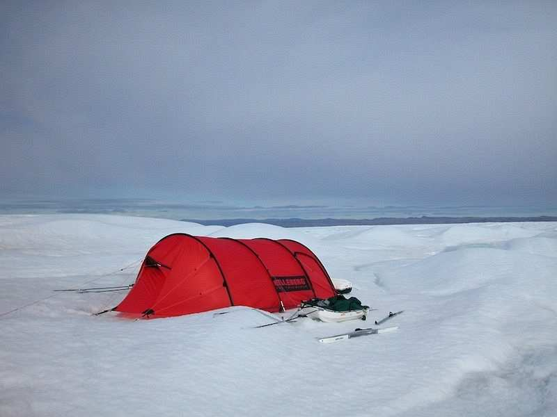 kış kampı kar üzerinde kırmızı çadır