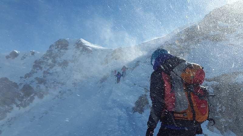 kış kampı karda dağ yürüyüşü