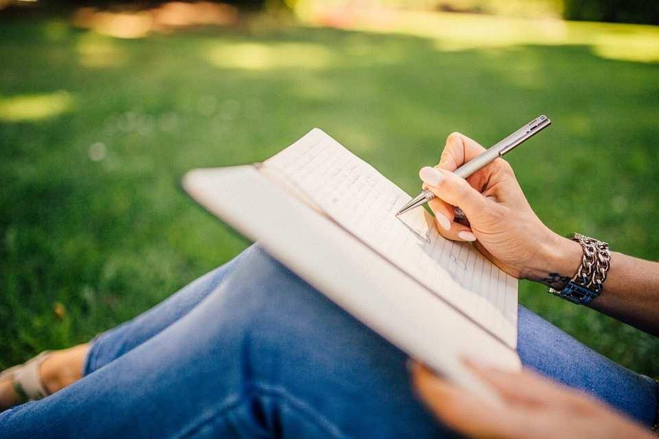 zihin haritası nasıl yapılır not defteri kalem yazı yazan kız