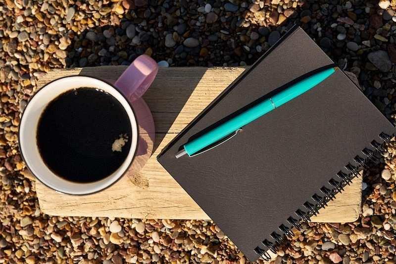 pembe kupa siyah defter kahve kalem açık hava