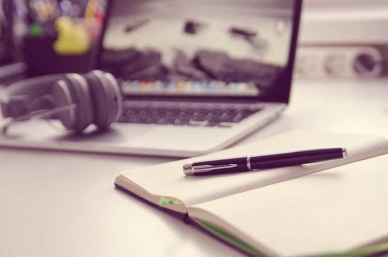 zihin haritası nasıl yapılır defter, kalem, laptop, kulaklık