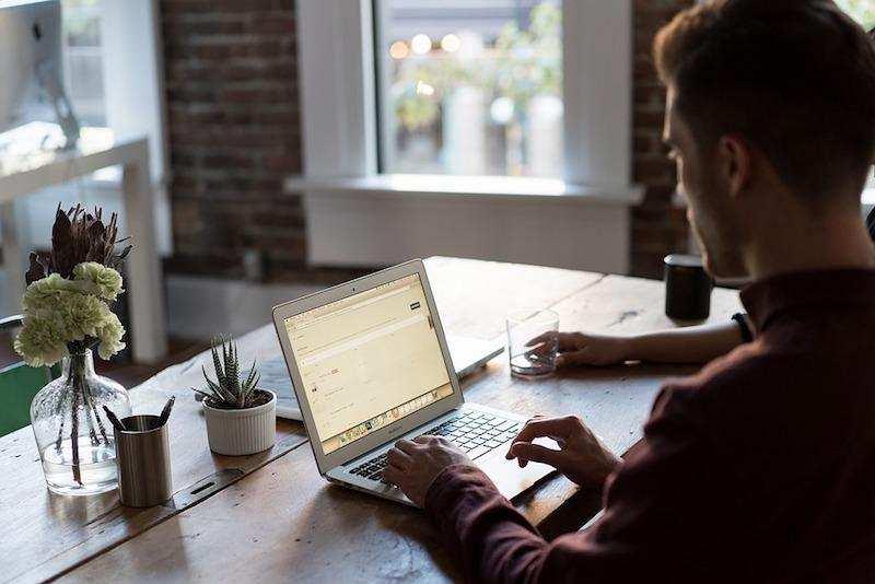 iş dünyası çalışma masası laptop