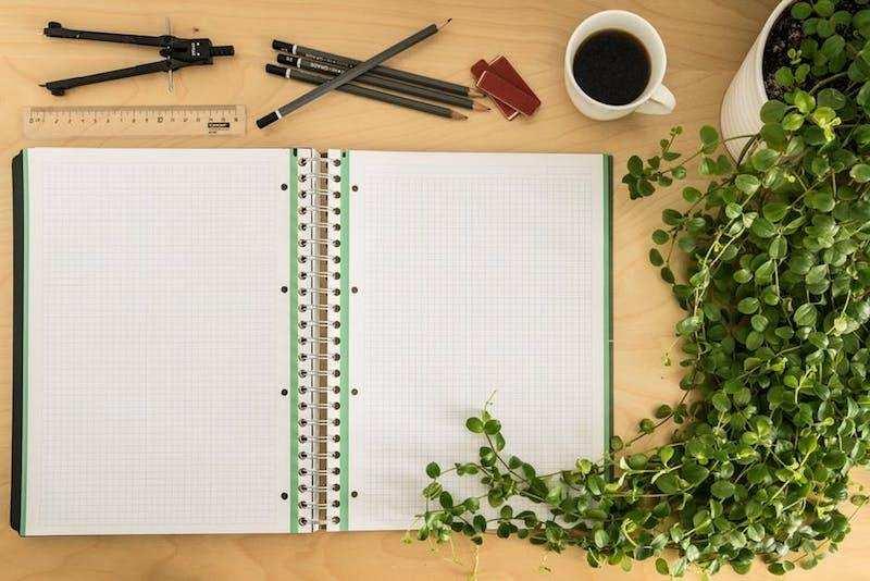 ikigai çalışma masası defter bitki kalemler kahve fincanı