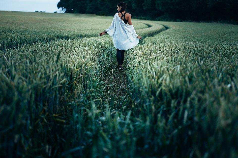 yaratıcılığı geliştirmek doğa yürüyüş kadın