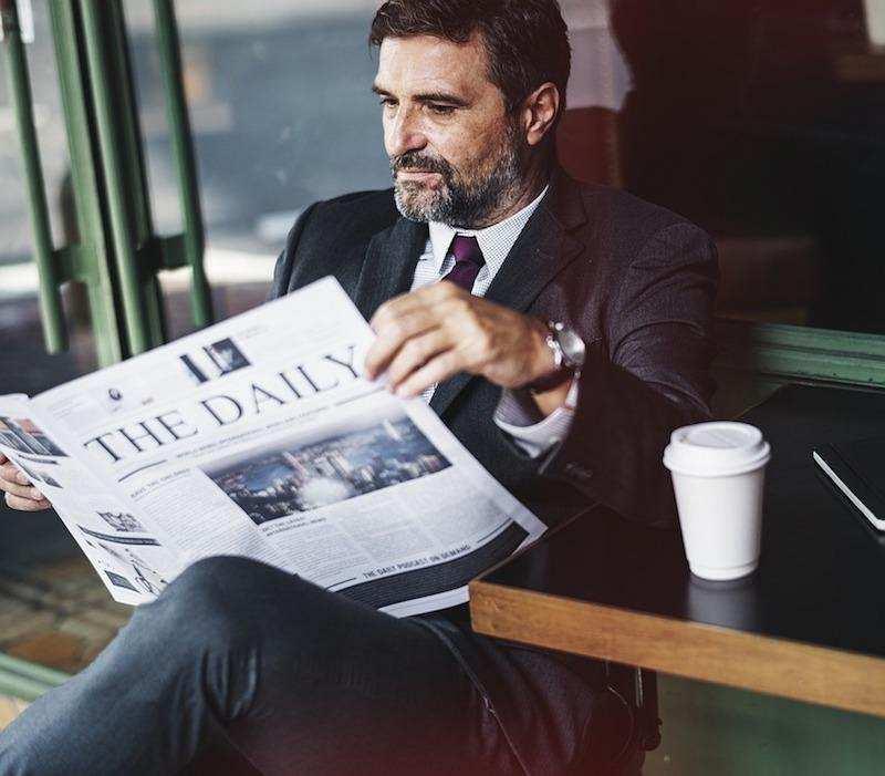 insan kaynakları gazete okuyan iş adamı