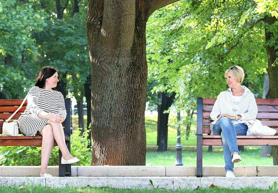 kendimizi ifade ederken en sık yaptığımız hatalar bankta oturan iki kadın