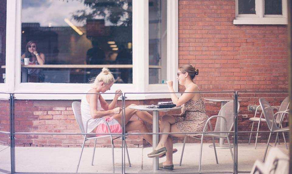 kendimizi ifade ederken en sık yaptığımız hatalar sohbet eden iki kadın kafe