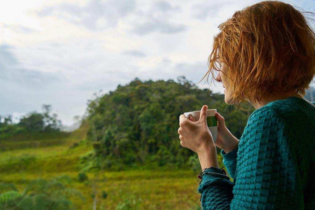 daha mutlu olmak için yalnız kadın çay kahve