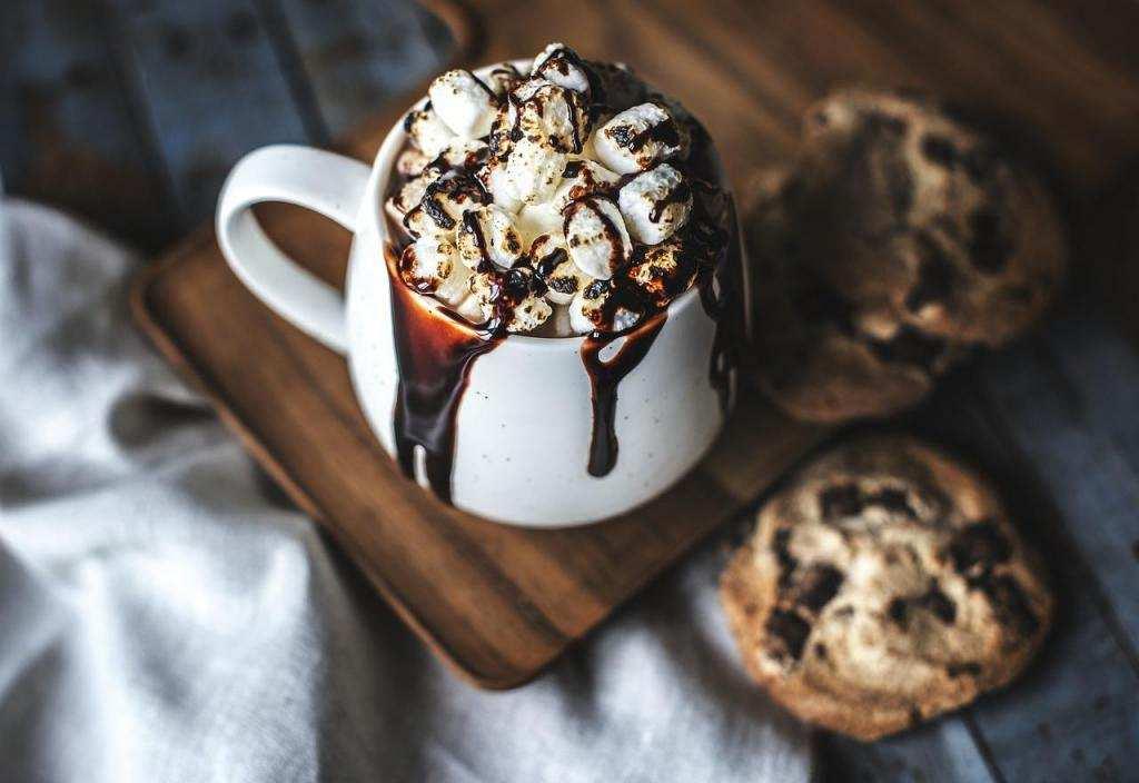 10 dakikada yapabileceğiniz 10 tatlı bardakta kek