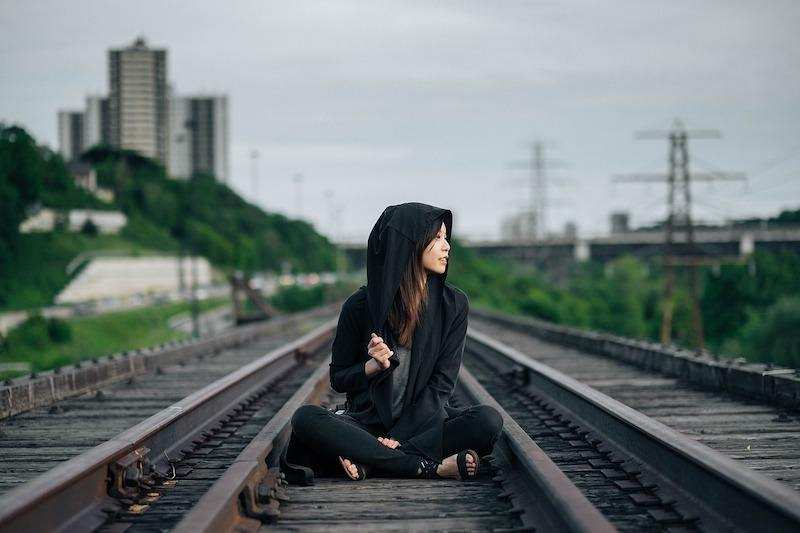 tren yolu kadın risk