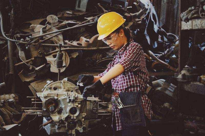kadın tekniker makine