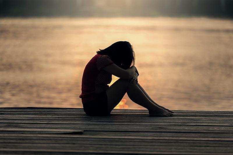 iskele kadın oturmak günbatımı