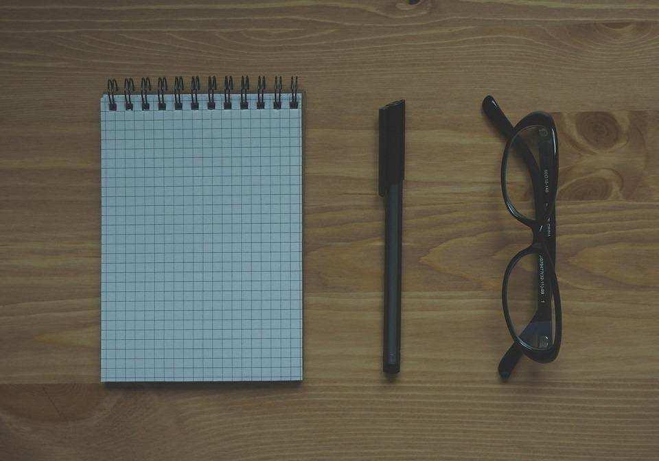 iş görüşmesi nasıl yapılır not defteri kalem gözlük
