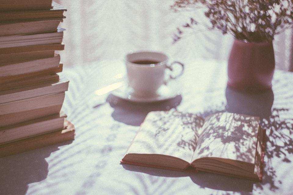 batı edebiyatında akımlar çay kitaplar masa çiçek