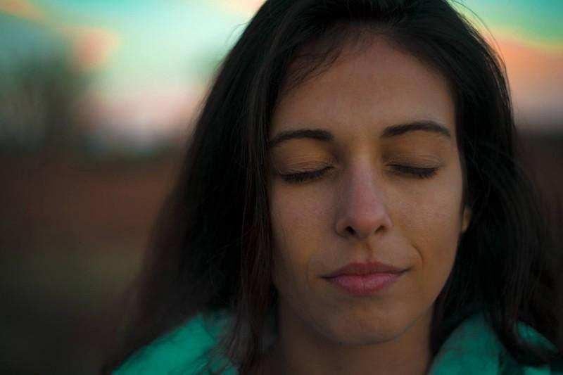 pozitif değişim kadın gözleri kapalı
