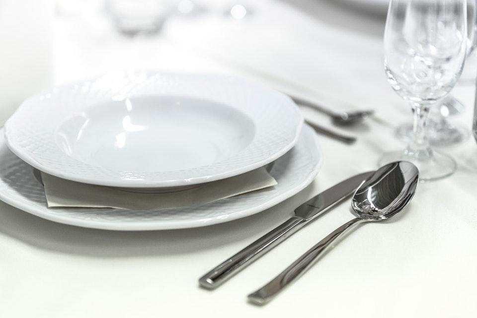 doğal temizlik ürünleri tabak çatal kaşık masa düzeni