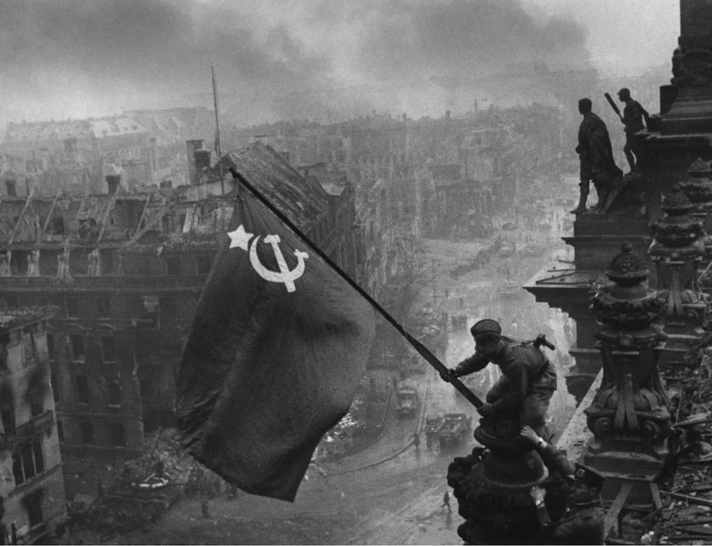 Sovyet Askeri Reichstag'a Sovyet Bayrağını Çekiyor.