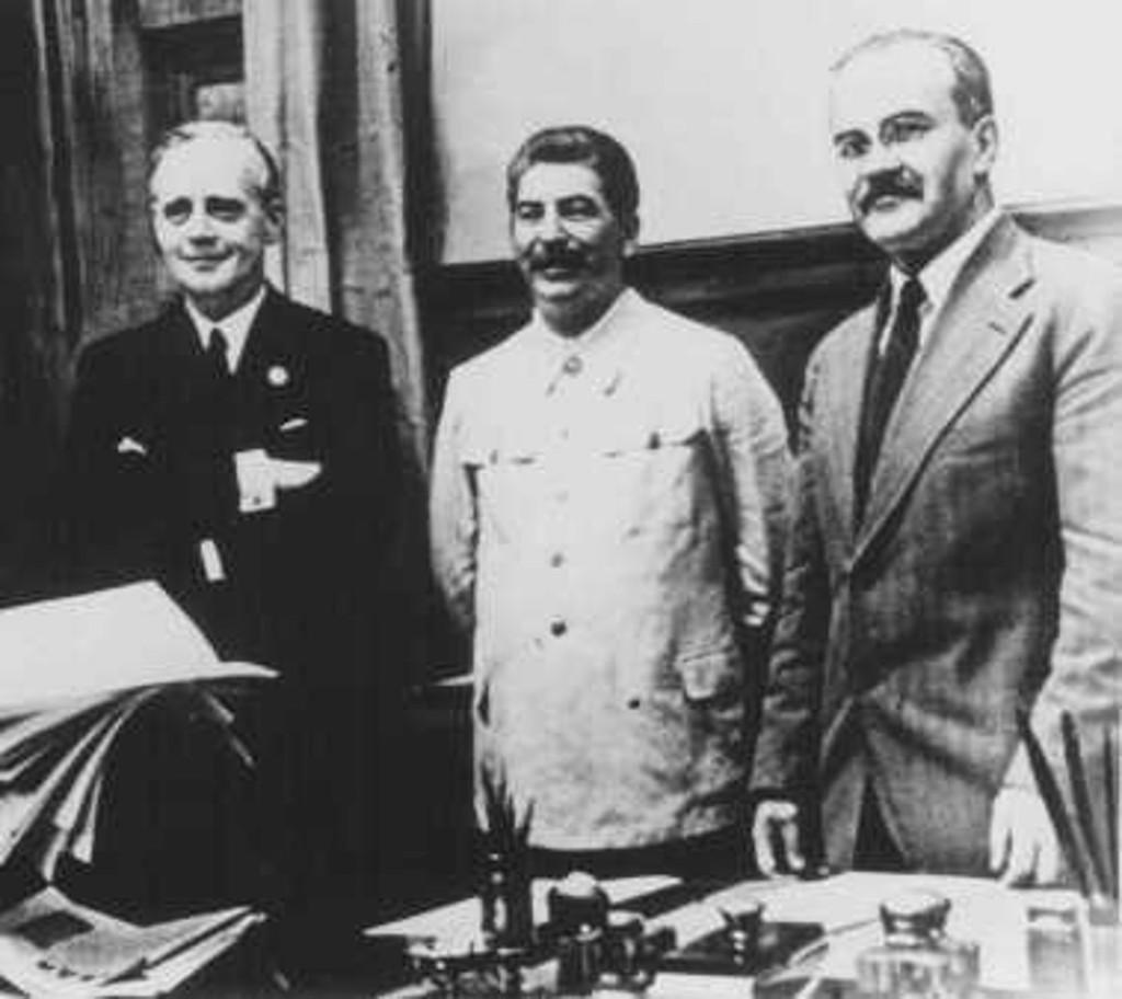 Almanya ve Sovyetler Saldırmazlık Paktı İmzalıyor. (Soldan sağa: Alman Dışişleri Bakanı Joachim von Ribbentrop, Stalin, Sovyet Dışişleri Bakanı Molotov.)