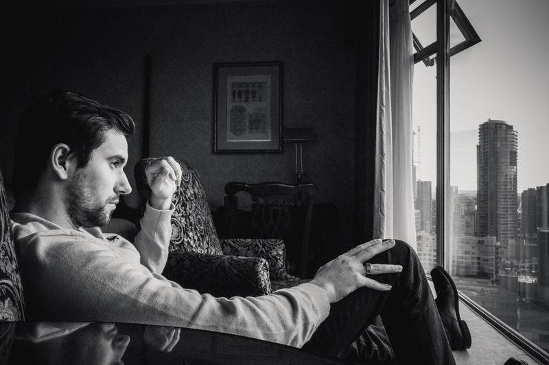 siyah beyaz erkek pencere