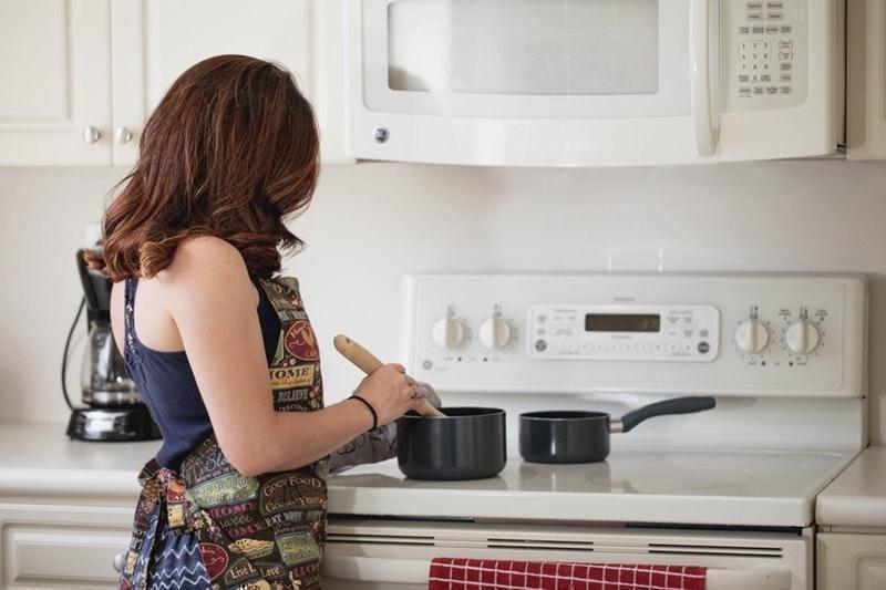 yemek yapan kadın