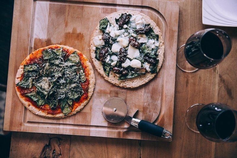 kırmızı şarap pizza