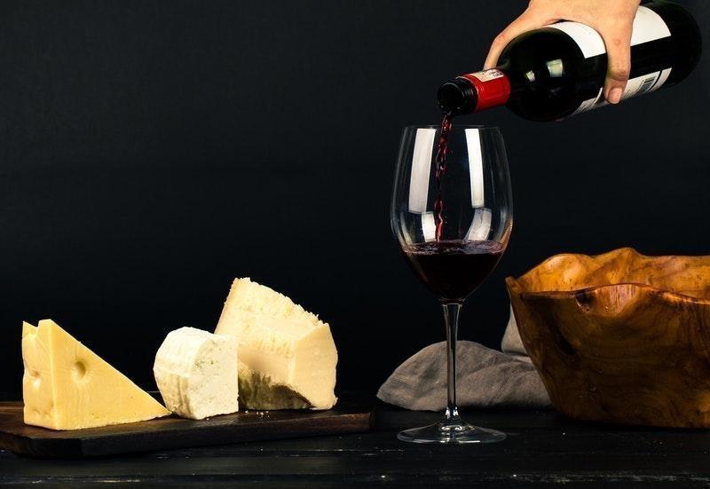 kırmızı şarap peynir
