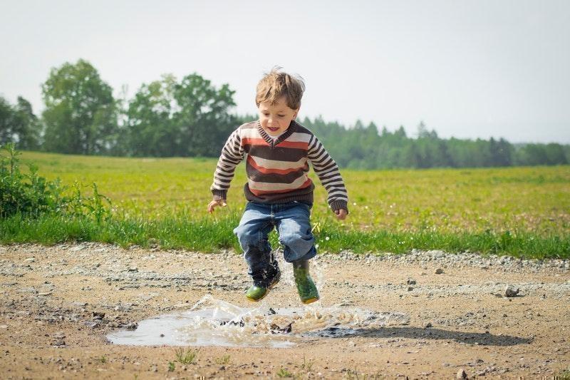 erkek çocuk zıplamak