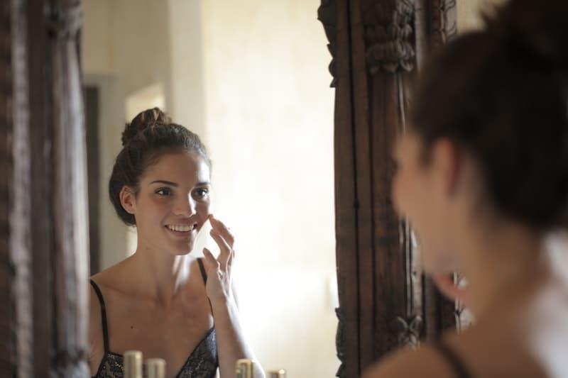 sağlıklı bir cilt skincare woman mirror