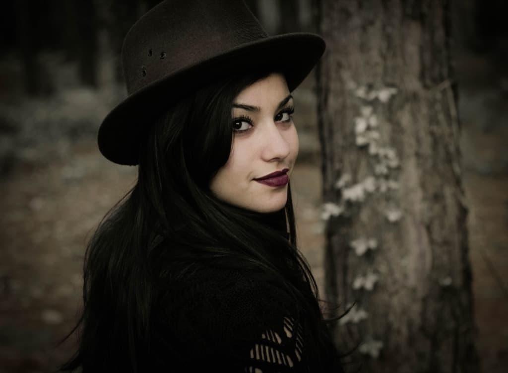 gotik kadın orman