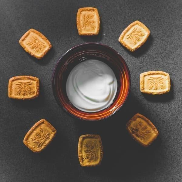 yoğurt ve bisküvi