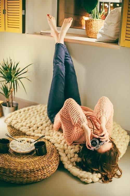 parisian parizyen woman in jeans and cashmere