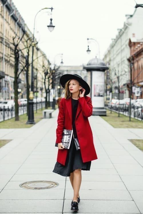 kırmızı mont içinde kadın parisian parizyen