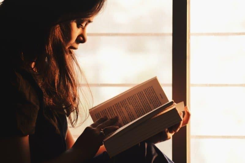 kitap okuyan kadın günbatımı pencere