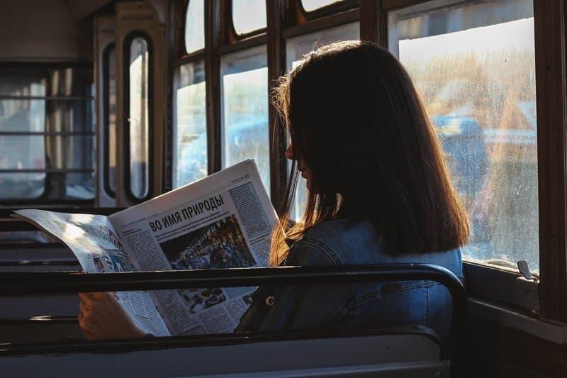 otobüs gazete okuyan kadın