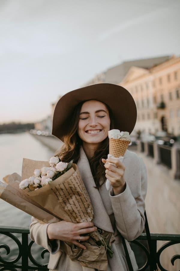 kadın dondurma çiçekler