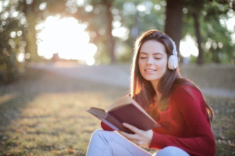 müzik dinleyen kadın okumak doğa