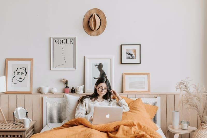 yatak odası kadın laptop